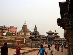 """そしてもう一度広場の奥を見渡すと、左手の方に不自然な景色が。  そう、左手にあるべき建物が、台座だけでその上がすっかりなくなってしまっています。  大地震前はここに""""ハリ・シャンカール寺院""""(Hari Shankar Mandir)という巨大な三重の塔があったはずなのですが、現在は柱一本なく、後ろの建物が見渡せる状態・・・。"""