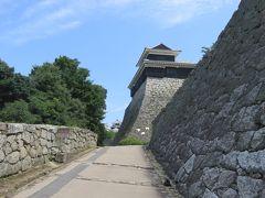 山頂駅から松山城の入り口まで10分程かかります。 途中天守を遠くに眺め進んで行きます。  松山城(チケットの半券より) 松山城は約400年前、戦国時代の勇将で、賤ヶ岳の 七本槍で有名な加藤嘉明により築城されたもので、 天守や城門、櫓など重要文化財に指定され眺望は 雄大を極めている。 天守は、欅、栂、樟をもって築城せられ、三重三階 地下一階の層塔型天守である。 松山城の高さは海抜132m、天守の一階251? 二階168?、三階102?、天守の高さは約21mである。