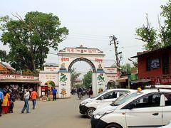ガネーシャが祀られている寺院から歩いてすぐのところにパタン・ドカが見えてきました。  パタン、古い街並みと美しい彫刻コレクションの博物館を残すいい街でしたね。  続いては、カトマンドゥの北東にあるネパールにおけるチベット仏教の聖地、ボウダナートを目指します!  (震災1年後のネパール3日目中盤〜ボウダナート観光に続く。)
