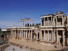 あっと驚く光景です。 劇場の舞台の後ろにこのような建物があるとは。 ギリシャで見て来た多くの古代劇場、ここを見た後に訪れたら、きっと違うイメージがもてたかも。 考えてみれば、舞台の背景が殺風景ということはありえませんよね。