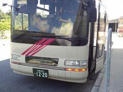 車両は一般の観光バスと紛らわしいけど、正面の表示がデカいので間違えずに済むはず。 なお、このバス、沖縄美ら海水族館がある「記念公園前」バス停までは混みます。 観光シーズンには、「本部港」バス停から乗れない可能性もあるので要注意! 本部港ではなく、「記念公園前」まで行ってから乗り換えた方がいいかも。