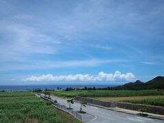 おなかもいっぱいになって、宿にいったん戻ります。 今夜の宿は伊是名島の定宿「民宿なか川館」。 偶然だけど、いつ泊まっても同じ部屋です。 サトウキビ畑の向こうに青い空と海。水平線には沖縄本島が見えて、いい景色です。