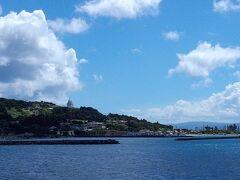 古宇利島の港です。さいきん橋でつながって一大観光地になっちゃいましたが、むかしはこの港に、かわいいフェリーが通っていました。