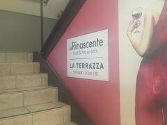 たくさん歩いて見て感動して疲れたので休憩をしに。  レプッブリカ広場にあるデパート「リナシェンテ」の最上階にあります。  4階までエレベーターかエスカレーターで行き、奥の雑貨や家庭用品売り場の横にカフェへ行く階段があります。
