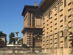 坂道を登るとピッティ宮が見えます。 ピッティ家の名前が付いてますが、結局メディチ家が購入たそうです。 メディチ家はほんと凄すぎる・・・!