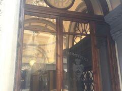 次は楽しみにしていたサンタマリアノヴェッラ薬局!  サンタマリアノヴェッラ教会の裏庭で薬草を栽培されたことが始まりの世界最古の薬局として有名です  重厚な入り口でワクワクします!