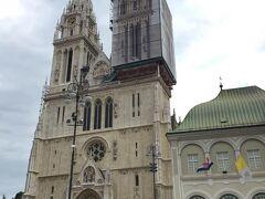 お腹も満たされたので再度観光へ、 まずは聖母被昇天大聖堂へ。  あいにく工事中ですが、プリントされている幕で覆ってます。 こういうのいいですね!