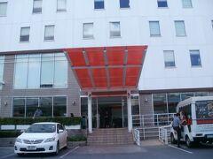 今回の宿泊先 イビスバンコクサトーンホテル  正面は階段ですが、脇にスロープがありました。