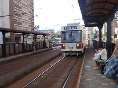 出発は長崎、夕方、レンタカーを借りて、佐世保郊外の世知原に向かいました。これは長崎の路面電車。
