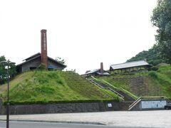 外の丘の上は、やきもの公園になっていて、登り窯も見えました。