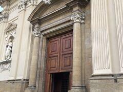 朝一番にサンマルコ美術館へ  以前、天皇皇后両陛下もいらっしゃられた美術館です。 かつてはカトリックのドミニコ会が使っていた修道院です。  また、ルネッサンス期に一時勢力を誇ったサヴォナローラが院長を務めていたことでも有名な場所です。  開館は8時15分〜13時50分(土・日曜・祝日は〜16時50分) 第1・3・5日曜、第2・4月曜は休館と開館時間が短いの点は注意です。