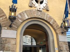 フィレンツェの美術館のほとんどは歴史的な建造物にあるが、このドゥオーモ付属美術館は新しい建物で現代的な雰囲気です。  ドゥオーモのすぐ裏にありますが、3つのアーチが並んでいるだけのシンプルな入口で見落としそうになりそうです。  サンジョヴァンニ洗礼堂にある「天国の門」のオリジナルがここに収蔵されています。