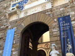 ヴェッキオ宮はシニョーリア広場に面して一時メディチ家もピッティ宮に居住を移すまで住んでいた宮殿です。  また、現在でもフィレンツェ市庁舎として使われています。  巨大な宮殿ですが、世界的に有名な場所なので混雑していました。