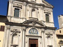 ホテルに戻ったら、ホテル目の前にあるオニサンティ教会へ  オニサンティ教会にはボッティチェリのお墓があります。 また、ギルランダイオの「最後の晩餐」があります。  最後の晩餐は月・火・土に公開(水・木・金と日祭日は非公開)。 時間は午前中のみの9:00-12:00。  オニサンテイ教会内部は9:00-12:00, 15:00-18:30です。