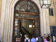 ピッティ宮入り口で簡単な手荷物検査を受けて、パラティーナ美術館の入り口へ進みます。  入り口左側奥にカフェがあります。  ピッティ宮はルネッサンス期にメディチ家と争うくらい成功した銀行家ですが 結局メディチ家に潰れてしまい、名前はピッティ宮のままですがメディチ家の居城となりました。