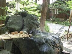 諏訪大社下社秋宮に来ました。  お手水が温泉でした。 これがちょっと熱いの。 びっくりしました。