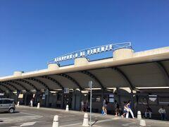 ウェスティンエクセルシオールよりアメリゴヴェスプッチ空港へ タクシーを使うと30分程度で到着します。  こじんまりとした空港で、免税手続きは出発ロビーのある2階のアリタリア航空チェックインカウンターの前のあたりにあります。  免税窓口が1つしかないので、並んでいることが多いです。 時間に余裕を持って到着しておいて正解でした。
