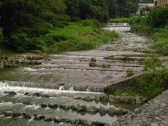 終点箱根湯本でバスを下車し、お土産を買い、赤い橋を渡ります。水の色が朝と違って少し澄んできたみたい。