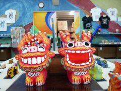 14:06  「川平湾」から「玉取崎展望台」へ行くまでの道沿いにある 「米子焼き工房」  ここにはカラフルな少し珍しい様なシーサーが売っています ホームページはこちらからどうぞ→http://yonekoyaki.web.fc2.com/kouboushoukai.html