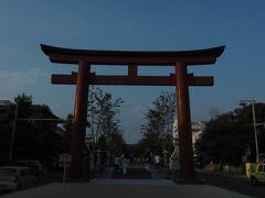鎌倉駅から若宮大路に来ました。 若宮大路中央、一段高くなった歩道「段葛」を歩いて、鶴岡八幡宮に向かいます。