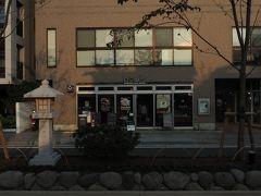 釜揚げしらす丼など丼ものが充実のカフェ「鎌倉ボウルズ」。 ソファ席もあり、まったり過ごせます♪