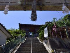 そんな素敵な路地裏の小道の先で見つけた、四柱神社にやって来ました