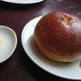母のパン バターがちゃんとついてくるところが素晴らしい。 そしてふっかふかのパンはテイクアウトで販売しています。
