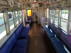 阿下喜を出発時はまだまだ空席も目立っていましたが桑名市内に入ると混雑してきて立ち客も出ていました。両シートに人が座ると膝と膝を突き合わせるような感じになり車両の狭さに気付かされます。