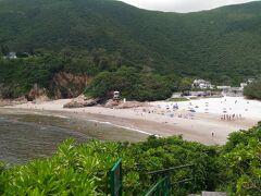 ビーチではサーフィンをしている人が多かったです。ビーチにはお手洗いやシャワーも有りました。