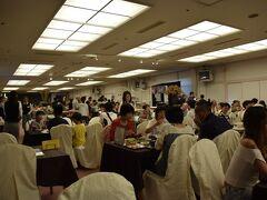奥白馬温泉 ホテルグリーンプラザ白馬  夕食会場に指定されたB1階の安曇野 家族連れを中心に大混雑でした。