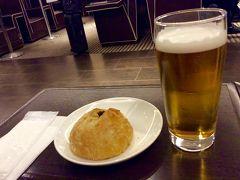 金曜日 仕事がえりに 羽田で待ち合わせ ダイヤモンド プレミア ラウンジで、噂の焼きカレーパンをいただきます(初) これは美味し〜ぃ☆ 2〜3個いけちゃう気持ちがわかります。