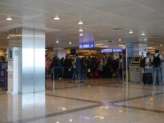 ターミナルビルに入ってみたら・・・  とんでもない数のお客さんが入国審査場に並んでいました。  その数、1,000人以上。  行列嫌いの私は、この状況を見ただけで、目が回りそうになります。