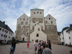 城塞といった感じのお城です。 トゥルク大聖堂と似た感じですね。