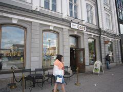 この広場に面したカフェでランチします。