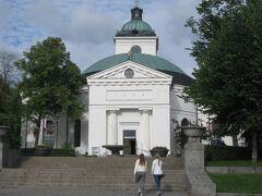 ハーメンリンナ教会。  白い外壁がキレイな教会です。 ちょっとヘルシンキ大聖堂と似ている?かな?