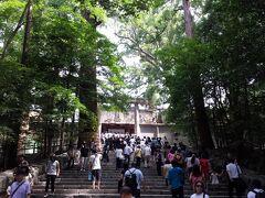 内宮の正宮「皇大神宮」 日本人の大御祖神である天照大御神が祀られています。 階段の上はすごい人で、お参りするのにも長蛇の列でした。