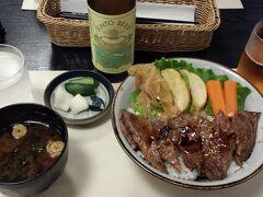 ランチは「二光堂」で松阪牛のステーキ丼。 味は「期待しすぎたな…」って感じでした。 ここでランチするよりも、食べ歩きでお腹を満たせばよかった。。