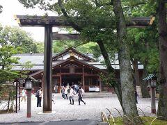 おはらい町通りを抜けて、大通りのはす向かいにある「猿田彦神社」 方位除け・物事を良い方向へ導いてくれると言われている「みちひらきの神様」が祀られています。 方角を刻んだ「古殿地」と呼ばれる石に触れるとご利益があるそうです。  集合時間まで1時間を切ったので、おはらい町通りを戻ります。