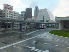 """【高雄行き 2016/08/24】  オリンピックも終わり、高雄へ戻ります。このところ台風がきているので心配しながらも出かけました。 新宿から成田行きのリムジンバスに乗ろうとしましたが、天候不順で、列車のダイヤが乱れ、バスに集中したようで、1時間先まで満席。この分だと列車で行っても、東京駅からのバスもダメだろうなと思いながら待つことにしました。念のため、傍に係員に、キャンセル待ちがあったらお願いしますと言ったら、ここでは難しいと言われてしまいました。この時、何を言われたか良く判りませんでしたが、後で判りましたが、""""バスタ新宿""""新しくできていたのですね。その後、幸運にも、係員の人から、声がかかり、予定の時間より早いバスに乗ることが出来ました。 高雄国際空港には、妻と荘哲が迎えに来てくれていました。  「バスタ新宿」 新宿高速バスターミナル:バスタ新宿 2016年4月4日、新宿南口に高速バスターミナルが開業しました。これまで新宿駅周辺に分散されていた高速バスのりばが南口に集約されました。"""