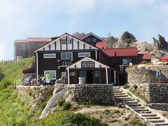 今回は天候にも恵まれ、燕山荘での1日は素晴らしい時間を過ごす事ができました。最後にお世話になった燕山荘をパチリ。 8時45分に下山開始。