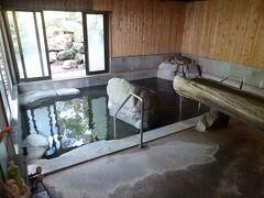 中房温泉は1日目と同じ部屋でした。預けていた荷物を受け取り、まずは風呂へ。 大浴場。まずは身体を洗います。お湯はまだ半分しか入っていませんが、寝湯状態でゆっくり。