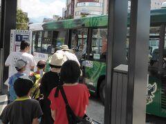 11時10分のタウンスニーカーで松本城へ向かいます。