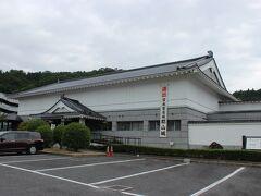 安芸高田市歴史民俗博物館に到着。ここで日本百名城のスタンプを押させてもらいます。市内の史跡ガイドブックと郡山城の案内図を無料でいただけました。