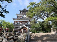 天守閣。昭和33年に建てられたとのことです。外装は木材です。原爆が落とされるまでの天守閣は国宝だったそうです。 広島城は日本百名城の第73城。2階の売店でスタンプを貰います。
