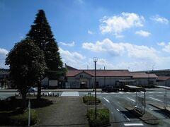 矢板(やいた)駅   該駅は、明治19年(1886年)10月1日開業である。 該駅は、当時の奥州街道沿集落たる矢板村中心部より離れた篠藪原に設置されたが、地元有力者たる 矢板武(やいた たけし)(嘉永2年(1842年)12月28日~大正11年(1922年)3月22日)が該地付近を買収し、当時の日本鐵道會社に無償提供したが、当時、該村に於いて鉄道敷設に対し反対意見が強かった事が原因とされているが、然し、路線設置を見る限り、該地付近は一直線で設定され、且つ、当時の矢板村は63戸に過ぎぬ存在だった事から、後世発生した鉄道忌避説に過ぎぬものと思われる。 明治44年(1911年)4月6日20時30分頃、矢板村内に於いて発生した火災は瞬く間に該村を焼失させたが、同時に該駅本屋、及び、職員官舎も全焼した。 該駅本屋は直ちに復旧され、第2代駅本屋が竣工した。 該駅より出荷された貨物は、日光鑛山、及び、天頂鑛山から産出した原鑛石、及び、木材が主で、此の為に該駅構内は次々と拡張された。 昭和4年(1929年)10月22日には、当時の下野電気鐵道矢板線が延長開通し、該駅に乗入れた。 明治44年(1911年)矢板大火時に焼失し復旧した駅本屋は手狭になった事から、昭和10年(1935年)に第3代駅本屋に改築された。 http://www.jreast.co.jp/estation/station/info.aspx?StationCd=1569
