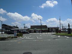 野崎(のざき)駅    駅本屋 該駅は、明治30年(1897年)2月25日開業である。 該駅は、地元請願に依り開設したが、先を見越し、該駅本屋は前年たる明治29年(1896年)に竣工している。 該駅構内には、明治31年(1998年)建築の煉瓦積倉庫が存在したが、駅前整備計画に支障するとの理由から、平成27年(2015年)に解体撤去された。 現駅本屋は、開業時の建築物である。
