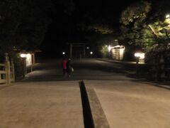 さて夜ご飯をファミレスで摂った後はせっかくなので正月は夜でも参拝できるので伊勢神宮の外宮へ行きました。