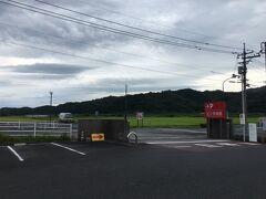 足立美術館には広大な駐車場があります。  足立美術館へは米国の日本庭園専門雑誌『ジャーナル・オブ・ジャパニーズ・ガーデニング』が行っている日本庭園ランキング(Shiosai Ranking)では、初回の2003年から2015年まで、13年連続で庭園日本一に選出されています。  島根県地元の実業家であった足立全康さんが開館した美術館で横山大観や北大路魯山人の多数のコレクションも所蔵しています。