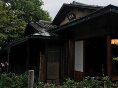足立美術館には寿楽庵と寿立庵の2つの茶室があります。 今回は寿立庵に行きました。 寿立庵は京都・桂離宮にある「松琴亭」の意匠を写して建てられた茶室で、館名にちなんだ庵号は、裏千家15代前家元・千宗室氏(現千玄室大宗匠)によって命名されという、由緒正しい茶室です。