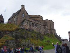 エディンバラ城を見物します。  いかめしいなぁ、要塞だもんね。